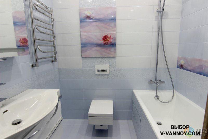 Пастельное панно маскирует ревизионный люк на стене, повторяя нежный фон пространства. Вдоль ванной выложен такой же декор в горизонтальном варианте. За счет сходной палитры, основные элементы отличаются по дизайну, но выглядят сплошным полотном.