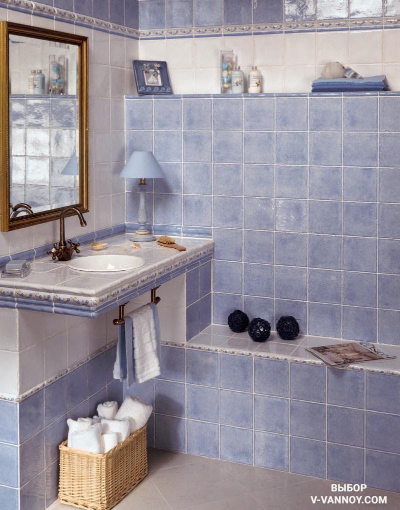 Итальянский интерьер ванной в современном прочтении. Винтажный кран, держатель для полотенец и зеркальная рама выбраны в одном стиле. Декор, лампа и полотенца совпадают с коллекцией керамики по тону.