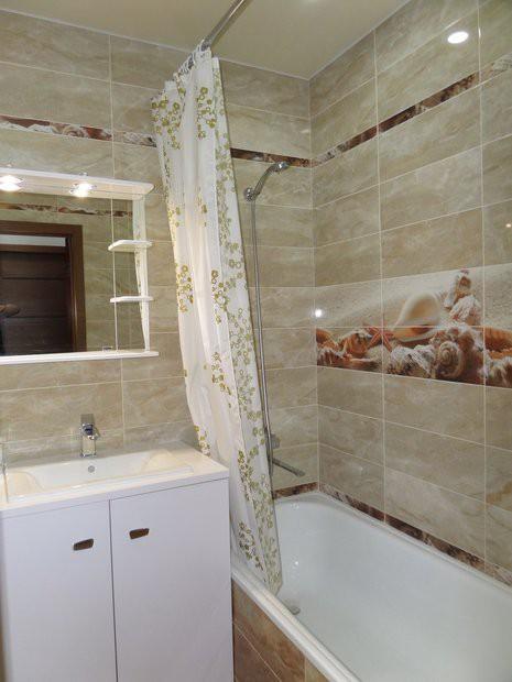 Дизайн бежевой ванной 4 кв.м с хорошим освещением и большим зеркалом