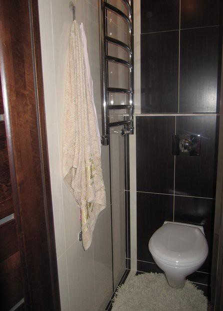 Ванная с душевая кабиной, навесным умывальником и унитазом на 2,8 кв.м.