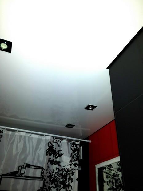 Нестандартная ванная 4,6 кв.м с красной и черной плиткой