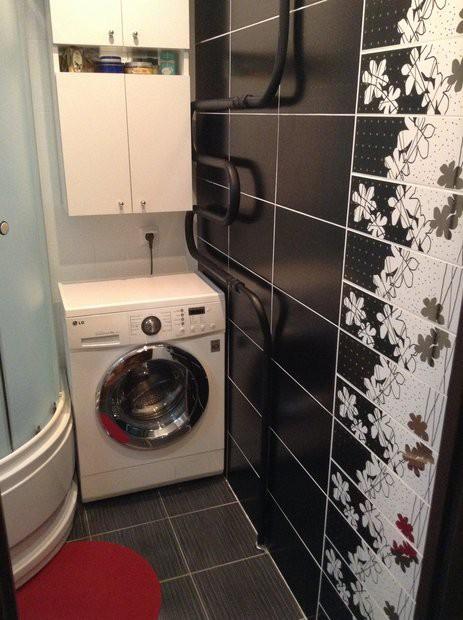 Совмещенный санузел 2,8 кв.м с черной плиткой и окрашенным вручную полотенцесушителем