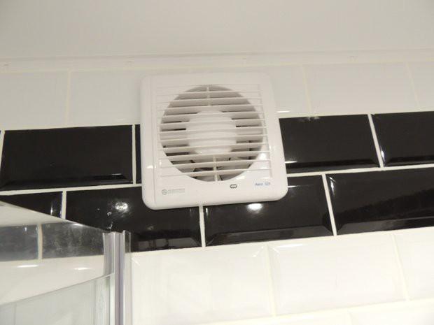 Совмещенный санузел 3,3 кв.м с черно-белой плиткой кабанчик