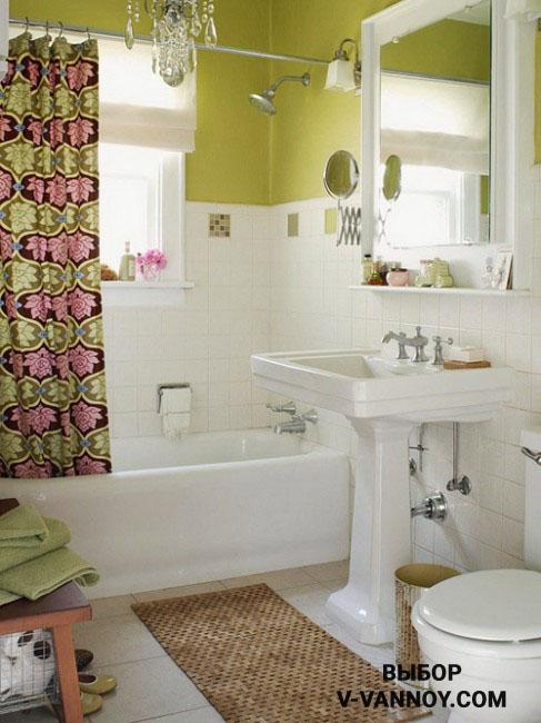 Дизайн современный интерьера с хрустальной люстрой и растительным орнаментом на шторке. Для отделки стен использовали белый кафель и зеленую краску.