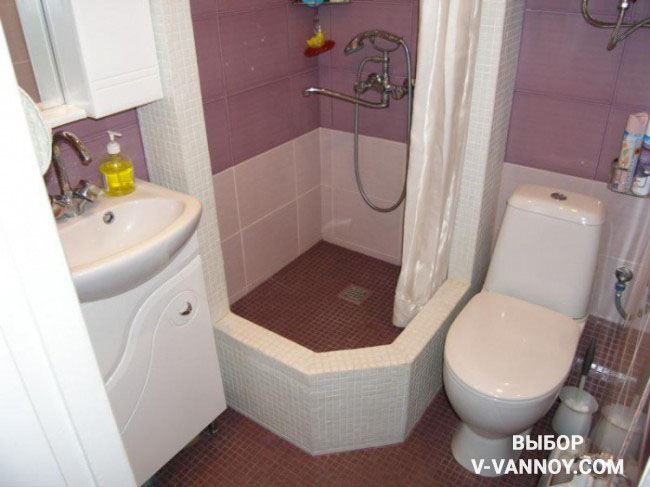 Стены душевой кабины создавали строители, на объекте. Основание покрывает декоративный слой из белой мозаики. Такая отделка гармонирует с цветом сантехники и мебели в ванной.