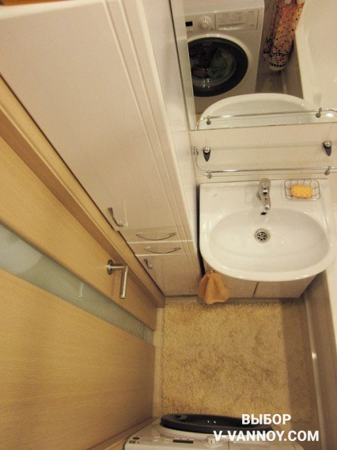 Мебель для маленьких ванных лучше делать под заказ, учитывая габариты и особенности помещения. Таким образом на небольшой площади получится организовать максимум места для хранения.