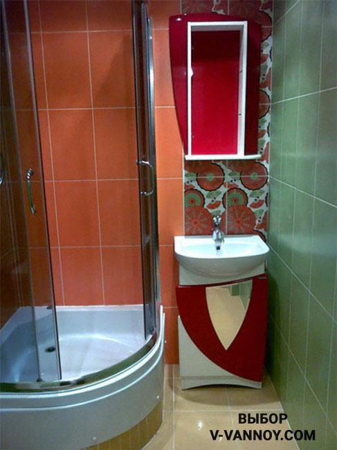 Вместо ванной в маленьком помещении можно установить душевую кабину. Такой метод экономии места достаточно популярен в миниатюрных санузлах.