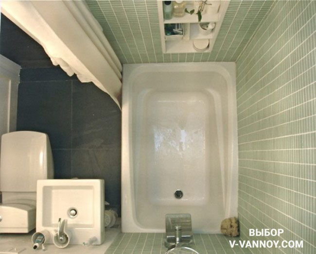 Для совмещенного санузла подойдет сидячая модель ванной и мини-раковина. Таким образом получится сэкономить место.