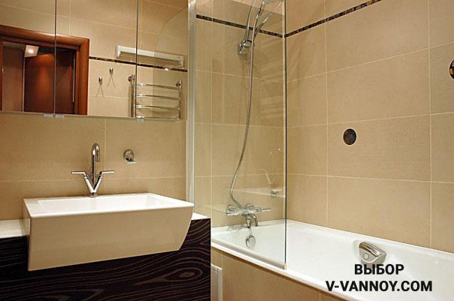Прозрачная перегородка защищает пол от попадания влаги и визуально не разделяет комнату на части, комната воспринимается цельно.
