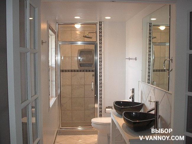 Две раковины в черном цвете стали цветовым акцентом в пастельном интерьере ванной.
