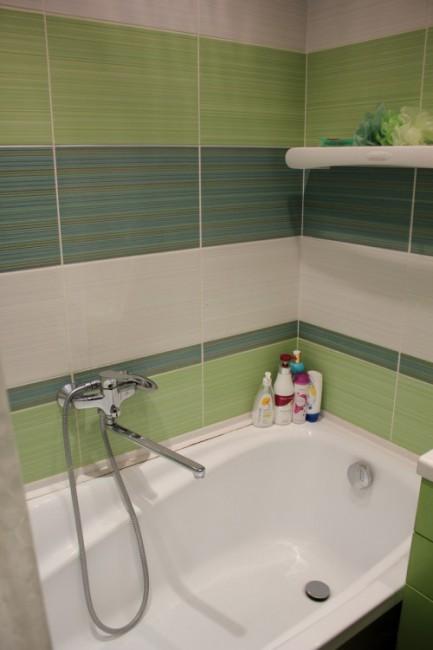 Яркий дизайн ванной 2,3 кв.м с плиткой в зеленых тонах