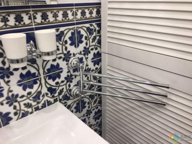 Небольшая ванная 2,8 кв.м с темно-синей плиткой с узорами