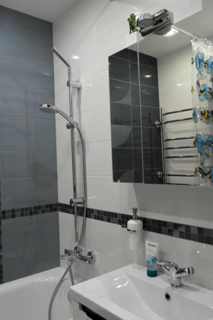 Серая с белым глянцевая ванная комната  2,25 кв.м со стиральной машиной