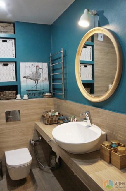 Совмещенная ванная 3кв.м в бирюзовом цвете и под дерево в современном стиле