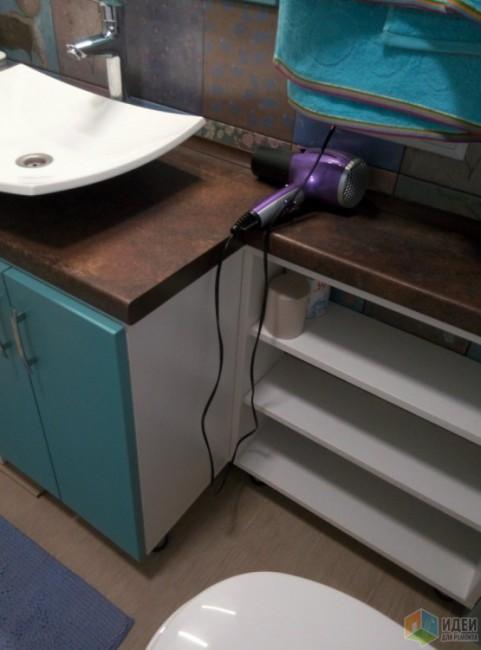 Совмещенный санузел в бирюзовом цвете с бойлером и стиральной машиной