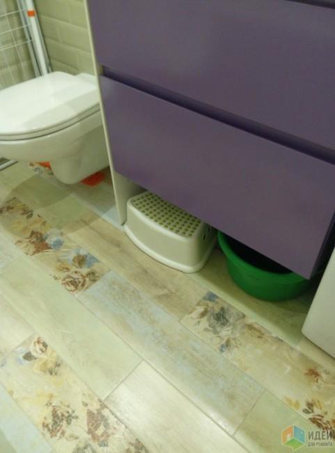 Ванная с унитазом, стиралкой, матовой плиткой кабанчик и фиолетовой тумбой
