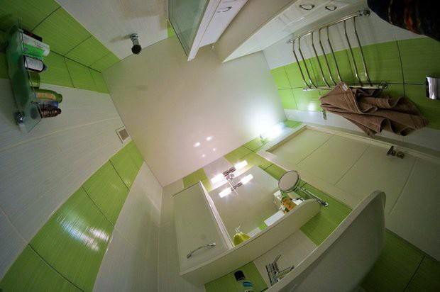 Совмещенный санузел 2,9 кв с белой и зеленой плиткой и угловой ванной