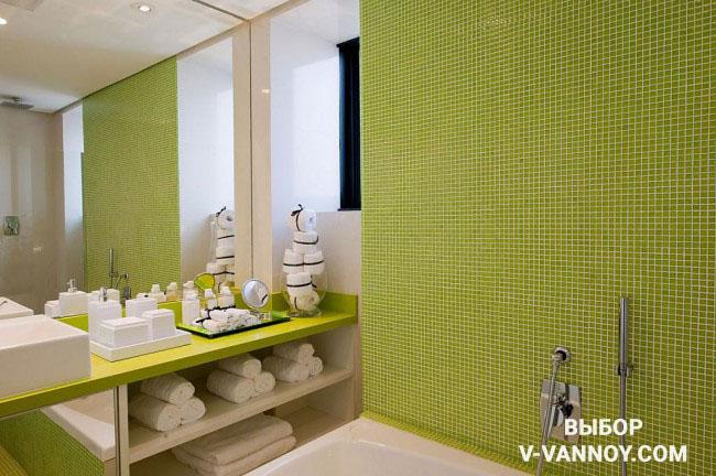 Салатовую столешницу выбирали под тон керамики. Белый цвет сантехники и текстиля уравновешивает палитру интерьера – в такой комнате достаточно комфортно находиться.