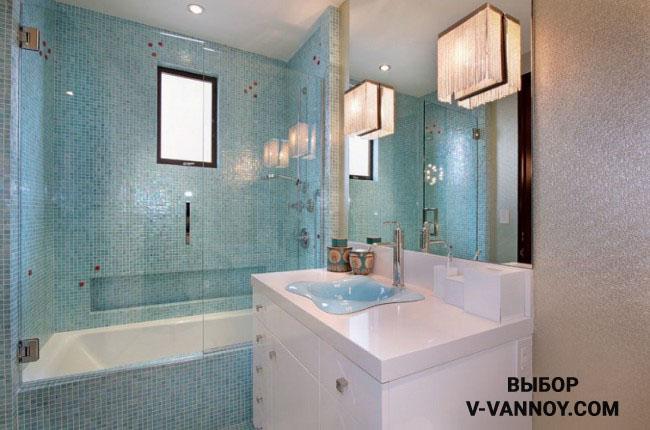 Современный интерьер в нежно-голубой гамме с неоклассическими бра. Глянцевая отделка в светлых оттенках, белая мебель и ванная придают интерьеру легкость. Оконный проем добавляет естественный свет в помещении.