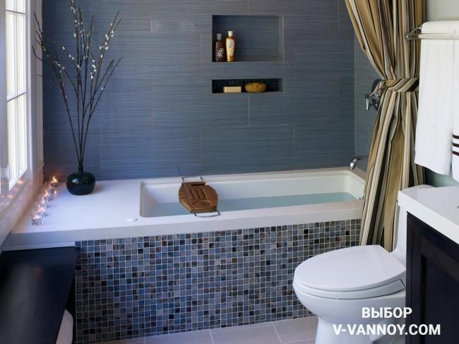 Текстура камня на декоративном экране в приглушенно голубой гамме. Фоновая керамика повторяет оттенок и отлично сочетается с керамикой на декоративном экране. Ниша в стене позволяет хранить банные принадлежности и декор.