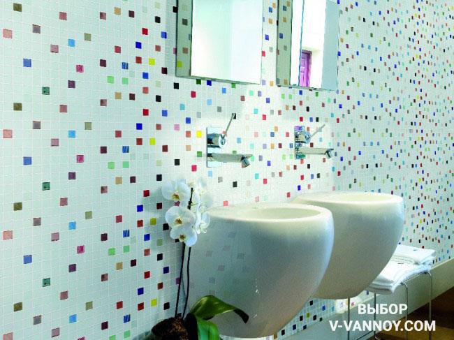 Разноцветные вставки на стене оживляют отделку и придают динамику интерьеру ванной. Цветные элементы не перегружают пространство, поскольку белый цвет преобладает в объеме, а предметы мебели и сантехника достаточно компактны.