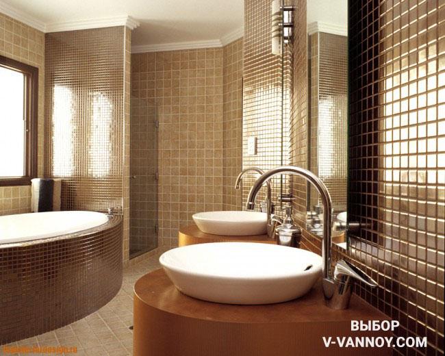 Кофейно-карамельные цвета в санузле с ванной и душевой кабиной. Просторная площадь позволяет разместить две раковины для комфортной эксплуатации. Глянцевая поверхность отлично сочетается с матовой фоновой керамикой под камень.