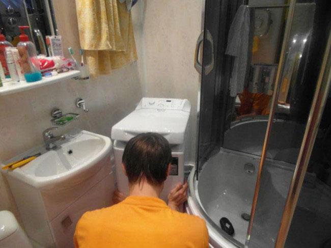 Небольшая ванная с душевой кабиной и пластиковыми панелями